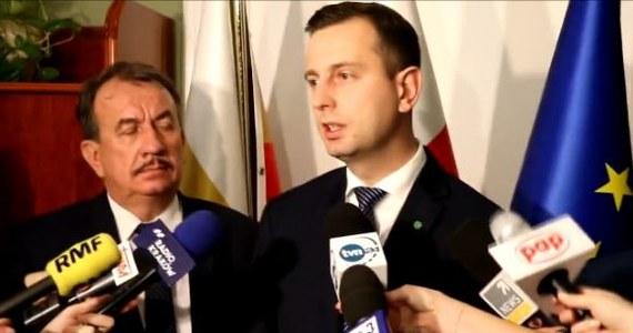 """Jako """"zbójecką"""" określił projekt zmian w ordynacji wyborczej autorstwa PiS prezes PSL Władysław Kosiniak-Kamysz. To jest rozbiór Polski samorządowej opartej na zasadzie pomocniczości, którą budowaliśmy wszyscy - oświadczył w poniedziałek w Krakowie prezes Stronnictwa. Jak mówił, wybory samorządowe będą pod pełną kontrolą PiS-u. Urzędnicy wyborczy mają być wybierani tylko przez szefa krajowego biura wyborczego, który z kolei wybierany ma być spośród kandydatów zgłoszonych przez Sejm, Senat i prezydenta. Kamysz zauważa także, że jest to to odejście od koncepcji jednomandatowych okręgów wyborczych."""
