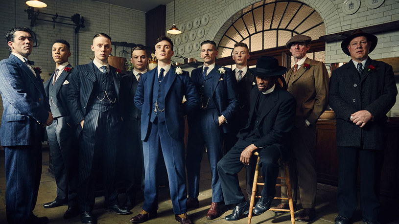 """Czwarty sezon serialu BBC """"Peaky Blinders"""" pokaże w Polsce kanał Ale kino+. Pierwszy odcinek zaprezentowany zostanie zaledwie tydzień po jego światowej premierze, drugi - dokładnie w dniu światowej premiery. Emisja dwóch pierwszych odcinków 4. sezonu """"Peaky Blinders"""" została zaplanowana na 22 listopada, o godz. 21."""