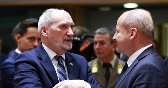 Stałą wojskową współpracę w ramach Unii Europejskiej Polska zamierza wykorzystać do wzmocnienia tzw. flanki wschodniej - zapowiedział w Brukseli szef MON Antoni Macierewicz. Po notyfikacji o przystąpieniu naszego kraju do tej nowej struktury w dziedzinie obronności Macierewicz zaznaczył, że zaangażowanie na wschodniej flance jest jednym z trzech warunków, od których spełnienia Polska uzależnia swój udział w PESCO. Do wzmocnionej współpracy wojskowej przystąpiły 23 z 28 krajów Unii Europejskiej.