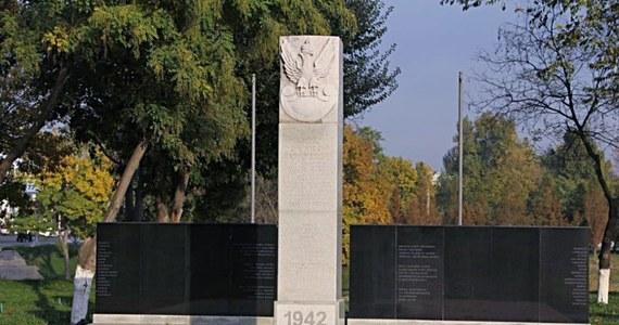 Polskim dyplomatom udało się odzyskać trzy pomniki, przetrzymywane przez kilka miesięcy przez celników z Teheranu – dowiedział się nasz reporter RMF FM. Monumenty, które miały trafić na polskie cmentarze w Iranie, zostały zatrzymane na granicy w związku z nieścisłościami w dokumentach.