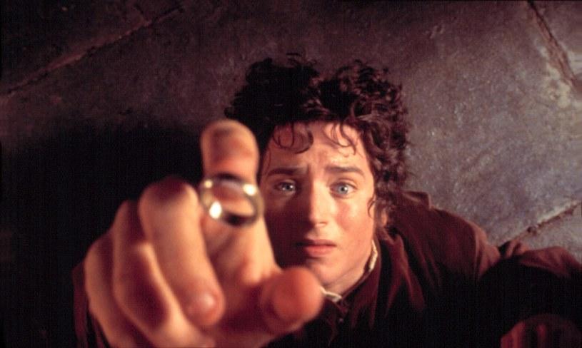 """Świetna wiadomość dla wszystkich fanów twórczości Tolkiena. Już niedługo Bilbo Baggins, Gandalf i reszta mieszkańców Śródziemia powróci. Serwis streamingowy Amazon ogłosił, że stworzy wielosezonową serię inspirowaną powieściami J.R.R. Tolkiena. Adaptacja będzie opowiadała nowe historie z okresu poprzedzającego pierwszy tom trylogii - """"Drużynę Pierścienia""""."""