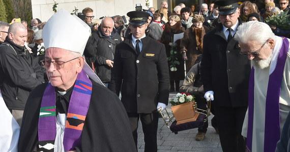 Na cmentarzu Salwatorskim w Krakowie odbył się we pogrzeb Piotra Szczęsnego z Niepołomic, który 19 października podpalił się przed Pałacem Kultury i nauki w Warszawie i zmarł 10 dni później w szpitalu. W pogrzebie uczestniczyło kilkaset osób, wiele z nich trzymało białe róże. Mszy św. w kaplicy cmentarnej przewodniczył bp Tadeusz Pieronek, homilię wygłosił ks. Adam Boniecki.
