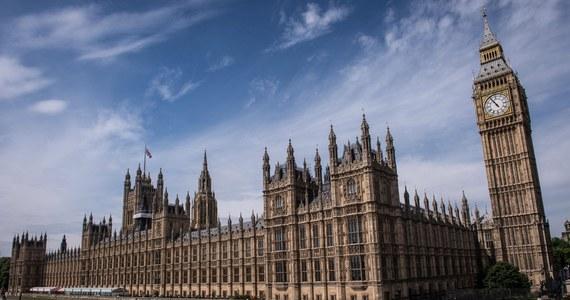 """""""Dawid kontra Goliat"""" - tak brytyjskie media określają pojedynek sądowy sprzątacza z Izbą Gmin. Mężczyzna doznał kontuzji w kuchni dla parlamentarzystów. Niejaki Kiplin Gayle poślizgnął się na kałuży roztopionego tłuszczu, doznając urazu kręgosłupa i łokcia."""