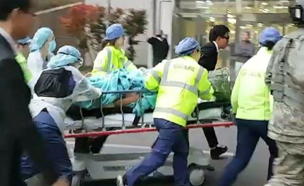 """Północnokoreański żołnierz, postrzelony w poniedziałek przez kolegów, kiedy uciekał do Korei Południowej, odniósł bardzo ciężkie obrażenia wewnętrzne - poinformował południowokoreański chirurg kierujący jego leczeniem. """"Nie widziałem takich obrażeń poza podręcznikiem w ciągu ponad 20 lat mojej kariery"""" - podkreślił chirurg Li Kuk Dzong."""