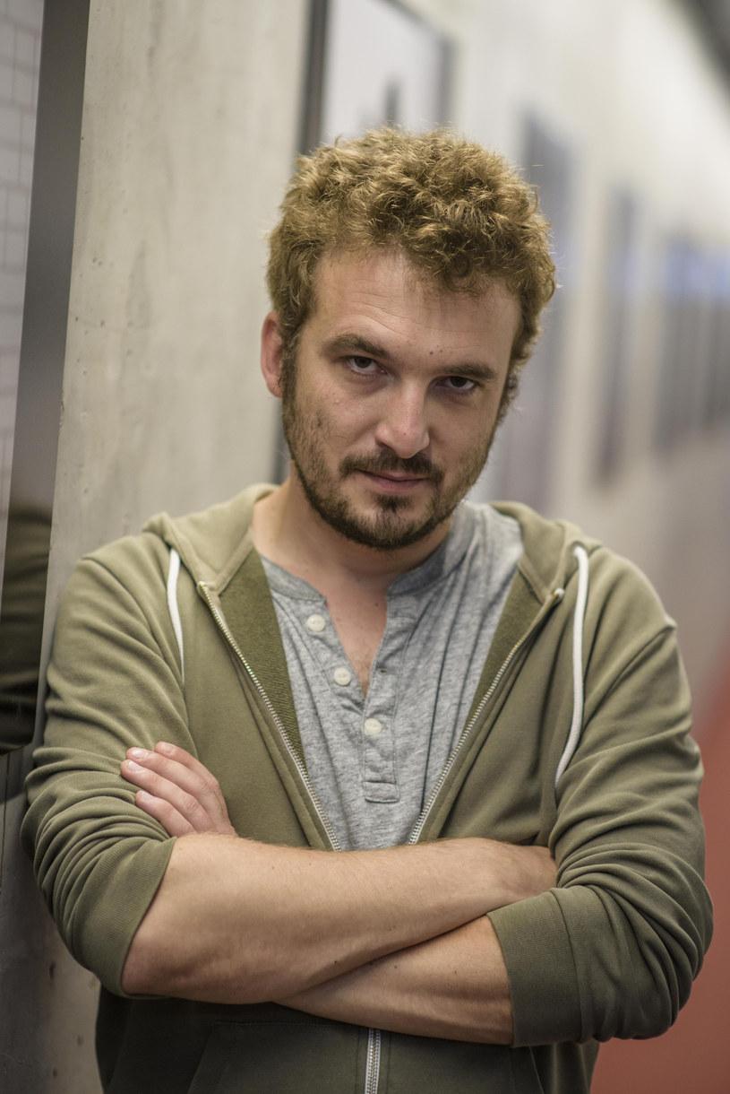 """Paweł Maślona, reżyser czarnej komedii """"Atak paniki"""", jest tegorocznym laureatem nagrody imienia Janusza """"Kuby"""" Morgensterna """"Perspektywa""""."""
