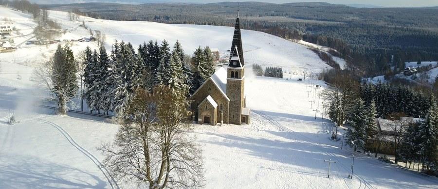 Pierwsze poważne zapowiedzi zimy na Dolnym Śląsku. W Karkonoszach z powodu złych warunków atmosferycznych zamknięto pierwszy szlak. W Zieleńcu na stokach rozpoczęły pracę armatki śnieżne.