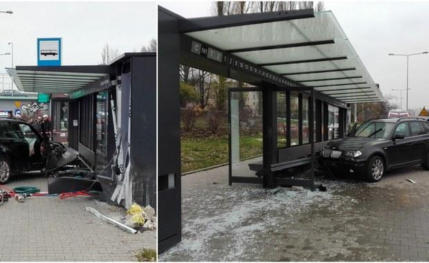 Tragiczny wypadek w Kielcach. W przystanek autobusowy przy ul. Grunwaldzkiej uderzyło rozpędzone terenowe bmw. Kierowca był kompletnie pijany. Rany odniosły trzy kobiety i 18-letni chłopak. Niestety, jedna z tych kobiet, 77-latka, zmarła w szpitalu kilka godzin po wypadku.