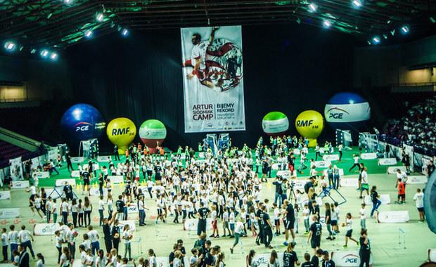 """Kolejna edycja Największej Lekcji WF-u organizowanej przez byłego reprezentanta Polski w piłce ręcznej Artura Siódmiaka zachęcała dzieci do uprawiania sportu. Dzieci schodziły z sali na Torwarze zadowolone i ustawiały się w kolejce po autografy znanych zawodników. """"Jesteśmy dumni, że możemy oddać coś kibicom i społeczeństwu"""" - powiedział Siódmak w rozmowie z RMF FM."""