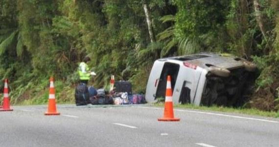 Tragiczny wypadek w Nowej Zelandii. Grupa turystów z Polski wybrała się na przejażdżkę minivanem. W pewnym momencie pojazd wypadł z drogi. Zginęła 47-letnia Polka, a jej znajomi trafili do szpitala.