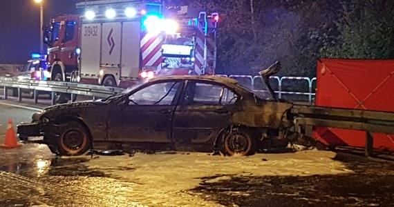 Jedna osoba zginęła w tragicznych okolicznościach w wypadku na krajowej drodze nr 92 w Swarzędzu w Wielkopolsce. Samochód uderzył tam w bariery i stanął w płomieniach. Ofiara w chwili zdarzenia była w… bagażniku.