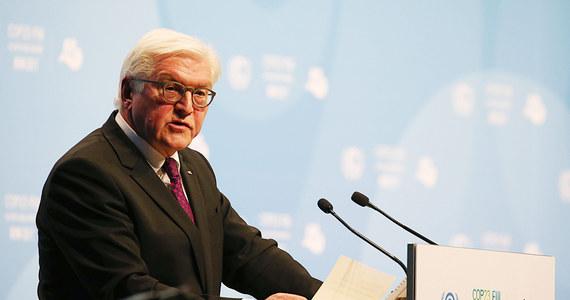 """Prezydent Niemiec Frank-Walter Steinmeier napomniał na łamach niedzielnego wydania """"Die Welt"""" partie uczestniczące w rozmowach o nowym koalicyjnym rządzie, by świadome odpowiedzialności za kraj dążyły do kompromisu i nie grały na przyspieszone wybory. Nie ma żadnego powodu do prowadzenia panicznych debat o nowych wyborach - powiedział Steinmeier w wywiadzie, który ukaże się w niedzielę w """"Welt am Sonntag"""" (WamS)."""