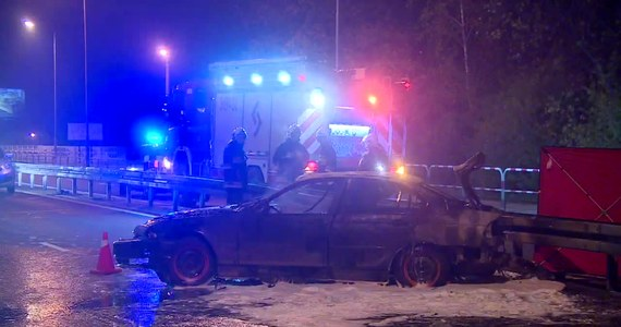 Zarzuty prokuratorskie spowodowania śmiertelnego wypadku i prowadzenia auta pod wpływem alkoholu usłyszał 18-latek, kierowca osobówki, która wczoraj w nocy rozbiła się w okolicach Swarzędza. Po zderzeniu z barierami na drodze auto stanęło w płomieniach. Zginęła jedna osoba, która była zamknięta w bagażniku. Sąd tymczasowo aresztował nastoletniego kierowcę na 3 miesiące.