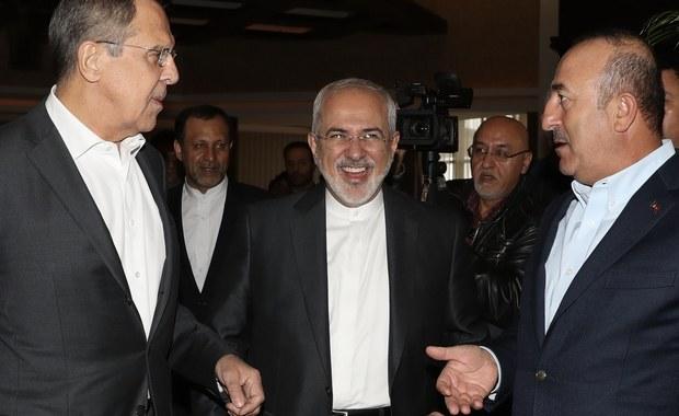 Rozmowy ministrów spraw zagranicznych Turcji Mevluta Cavusoglu, Rosji Siergieja Ławrowa i Iranu Mohammada Dżawada Zarifa rozpoczęły się w niedzielę w Antalyi na południu Turcji - podała agencja TASS. Spotkanie poświęcone jest rozwiązaniu kryzysu syryjskiego.