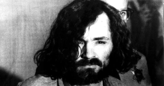 Nie żyje Charles Manson, seryjny morderca, przywódca założonej w latach 60. sekty, której członkowie zamordowali w 1969 roku ciężarną żonę Romana Polańskiego Sharon Tate. Jej siostra Debra Tate powiedziała amerykańskiemu portalowi TMZ, że o śmierci Mansona dowiedziała się od władz więzienia, w którym odsiadywał on wyrok dożywocia: w telefonicznej rozmowie przekazano jej, że zbrodniarz zmarł w niedzielę o 20:13. Według TMZ, władze więzienia skontaktowały się ze wszystkimi rodzinami jego ofiar. Samo kierownictwo kalifornijskiego zakładu karnego podało jedynie, że Manson zmarł z przyczyn naturalnych. Miał 83 lata.