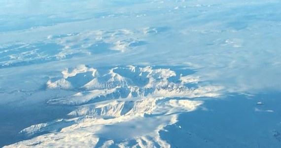 """Po 290 latach w uśpieniu jeden z największych wulkanów na Islandii daje o sobie znać. """"To niepokojące informacje. Wulkan Öraefajökull jest niebezpieczny, a wokół niego żyje wielu ludzi. Kilka wsi leży wprost na jego zboczach"""" - zaznaczył Reynir Bödvarsson, sejsmolog z uniwersytetu w Uppsali."""
