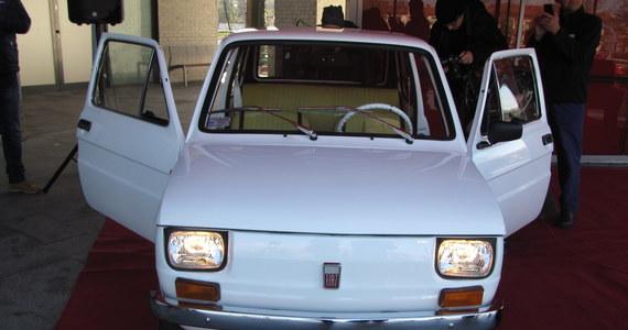 """Fiat 126p dla Toma Hanksa wyjechał właśnie z Bielska-Białej. Słynny """"Maluch"""" ma dotrzeć na lotnisko w Warszawie, by po kilku dniach wylecieć do Los Angeles."""