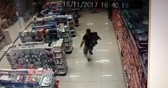 Bohaterski policjant po służbie unieszkodliwił dwóch bandytów, którzy chcieli obrabować sklep w brazylijskim Sao Paulo. Wyczyn jest o tyle imponujący, że funkcjonariusz w trakcie napadu trzymał na rękach swojego małego synka.