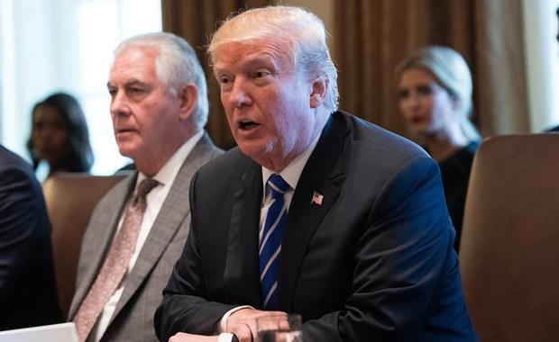 """Administracja prezydenta Donalda Trumpa z większą pieczołowitością przestrzega zasad przyznawania wiz biznesowych H-1B - wynika z analizy danych nadzorującej ten program agencji rządowej USCIS, tj. amerykańskiej  służby ds. obywatelstwa i imigracji. Od objęcia urzędu prezydenta przez Donalda Trumpa 20 stycznia b.r. do sierpnia co najmniej 25 procent podań o przyznanie wizy H-1B, wydawanej obcokrajowcom posiadającym kwalifikacje, na które jest zapotrzebowanie w USA, zostało odesłanych z powrotem do aplikantów z poleceniem uzupełnienia dokumentacji. Przed zaprzysiężeniem Trumpa takich podań nigdy nie przewyższał 20 proc. - pisze w poniedziałek """"The Wall Street Journal""""."""