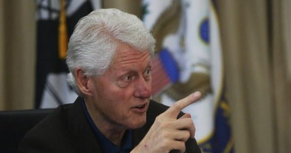 """Bill Clinton stanął przed nowymi oskarżeniami o molestowanie seksualne. Jak donosi """"Daily Mail"""" - powołując się na """"wysokie rangą"""" źródła w Partii Demokratycznej, a także urzędnika, który pracował w administracjach Clintona i Baracka Obamy - zarzuty wobec byłego prezydenta USA wysunęły cztery kobiety. Oskarżenia dotyczą okresu już po wyprowadzce Billa Clintona z Białego Domu w 2001 roku."""