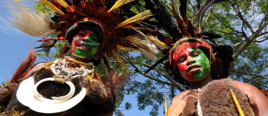 """Premier Papui Nowej Gwinei nawołuje do plemion zamieszkujących kraj, by zaprzestały """"rytualnych tortur"""". W jednym z plemion 6-letnie dziecko zostało zaatakowane nożami, gdyż podejrzewano, że dziewczynka rzuciła na społeczność klątwę."""