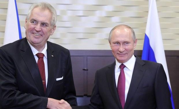 """Rosja i UE powinny """"w jakimś pięknym momencie"""" skończyć ze wzajemnymi sankcjami - mówił prezydent Czech Milosz Zeman na spotkaniu w Soczi z rosyjskim przywódcą Władimirem Putinem. Priorytetem tych rozmów miały być kwestie gospodarcze."""