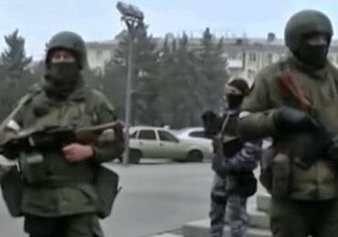 Uzbrojeni ludzie na ulicach Ługańska. Konflikt między separatystami