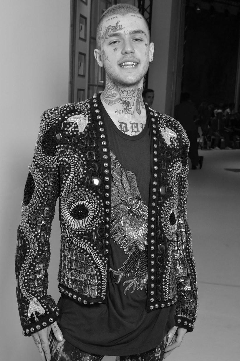 Według najnowszego raportu policji, Lil Peep nie wybudził się po drzemce, jaką uciął sobie przed koncertem w Tucson. Raper zmarł 15 listopada w wieku 21 lat.