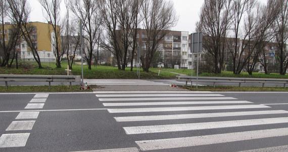 """Zarzut spowodowania wypadku ze skutkiem śmiertelnym usłyszał dzisiaj kierowca samochodu, który w poniedziałek wieczorem potrącił trzy osoby na oznakowanym przejściu dla pieszych w Mikołowie (Śląskie). Ranny w tym wypadku 20-letni mężczyzna leży w szpitalu. Mieszkańcy pobliskiego osiedla mówią krótko: """"To bardzo niebezpieczne przejście""""."""