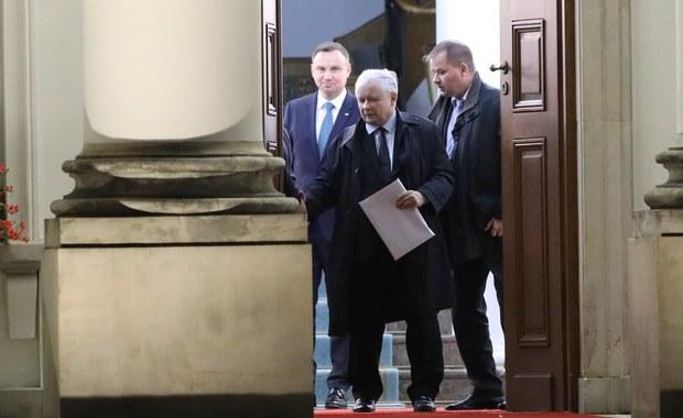 Posłowie będą głosowali na listę piętnastu kandydatów do Krajowej Rady Sądownictwa, przygotowaną wcześniej przez prezydium Sejmu, a nie na poszczególnych kandydatów. To jedna z poprawek uzgodnionych pomiędzy Pałacem Prezydenckim a Prawem i Sprawiedliwością, do których jako pierwszy dotarł nasz reporter Patryk Michalski. W RMF FM ujawniamy kulisy porozumienia przed pierwszym czytaniem sądowych ustaw.