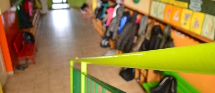 W Szkole Podstawowej nr 2 w Morągu w województwie warmińsko-mazurskim uczennica siódmej klasy zaatakowała nożem szkolną pedagog. Kobiecie na szczęście nic się nie stało, udało jej się obezwładnić uczennicę.