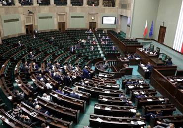 Prace nad projektem ustawy o SN: Mocne słowa wobec PiS i prezydenta, Szczerba rzuca dokumentami