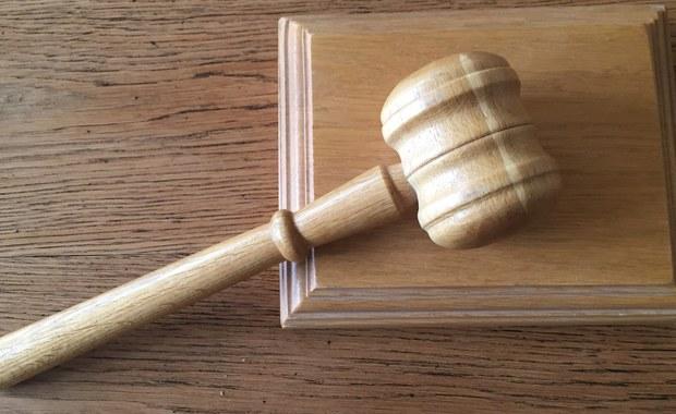 Sąd Okręgowy w Kielcach uwzględnił zażalenie obrony i uchylił areszt 33-letniej kobiecie podejrzanej o zabójstwo dziecka w wyniku szoku poporodowego i znieważenie jego zwłok. Poinformował o tym rzecznik sądu Jan Klocek.