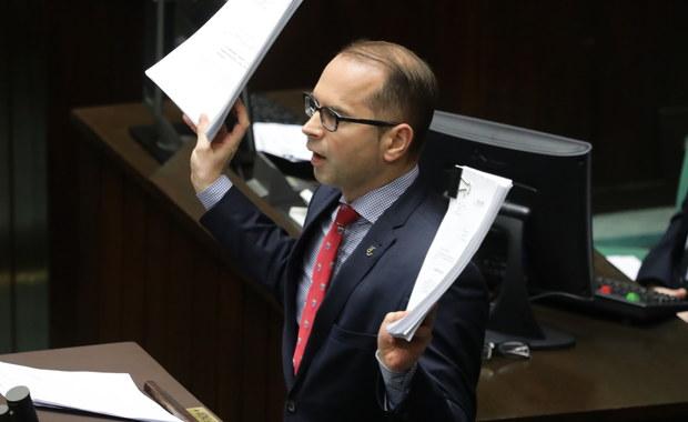 Poseł Michał Szczerba wyląduje na partyjnym dywaniku za swoje zachowanie podczas debaty o Sądzie Najwyższym. Polityk PO rzucił projektami ustaw prezydenckich w stronę ław poselskich PiS. Po tym wydarzeniu ogłoszono przerwę.