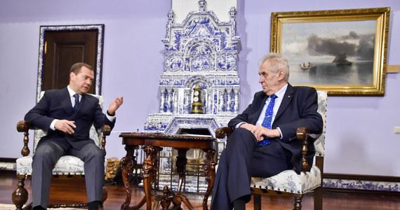 """Prezydent Czech Milosz Zeman omal nie przerwał swojej wizyty w Rosji z powodu artykułu na portalu telewizji Zwiezda """"Czechosłowacja powinna być wdzięczna ZSRR za 1968 rok"""". Na prośbę Zemana od publikacji odżegnał się publicznie premier Dmitrij Miedwiediew."""