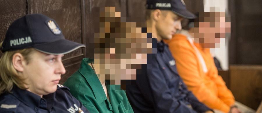 Przed łódzkim sądem rozpoczął się proces 28-letniej Joanny N. i jej konkubenta, 34-letniego Kamila S.  W grudniu 2016 roku para pojawiła się w stacji pogotowia ratunkowego z czteroletnim martwym dzieckiem. Po badaniach okazało się, że dziecko było katowane. Kamil S. oskarżony jest o zabójstwo dziecka, a Joanna N., matka zmarłej Oliwii, została oskarżona o narażenie córki na bezpośrednie niebezpieczeństwo utraty życia bądź ciężkiego uszczerbku na zdrowiu, którego skutkiem było nieumyślne spowodowanie śmierci dziewczynki, a także o utrudnianie postępowania karnego.