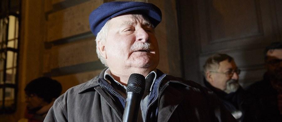"""""""Niszczą wszystko co do tej pory zdobyliśmy, wszędzie cały świat kłócą z nami. I dlatego musimy wziąć się do roboty"""" -  mówił podczas wiecu przed budynkiem Sądu Okręgowego w Gdańsku były prezydent Lech Wałęsa. """"Ja myślałem, że będę już odpoczywał, bo trochę już się w życiu napracowałem, ale z tego co widzę, to trzeba jednak zejść z urlopu i zabrać się do roboty"""" – zadeklarował."""