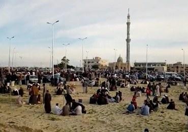 Już 305 ofiar zamachu na meczet w Egipcie. Zamachowcy mieli flagę Państwa Islamskiego