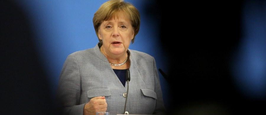 """""""Nie uważam za słuszne, by w sytuacji, gdy nie wiemy, co począć z wynikiem (wyborów), ponownie wzywać ludzi do głosowania"""" - powiedziała kanclerz Niemiec Angela Merkel w Kuehlungsborn, na zjeździe regionalnej organizacji CDU z Meklemburgii-Pomorza Przedniego. Było to jej pierwsze publiczne wystąpienie od czasu fiaska rozmów o koalicji między CDU/CSU a FDP i Zielonymi."""