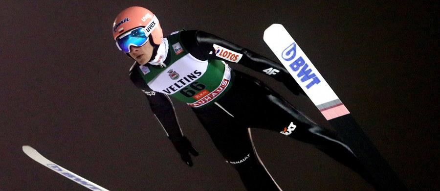 Polacy zajęli szóste miejsce w drużynowym konkursie Pucharu Świata w skokach narciarskich w fińskim Kuusamo. W pierwszej serii nie wystąpił Piotr Żyła, zdyskwalifikowany za nieprzepisowy kombinezon, w którym... startował w drugiej serii. Zwyciężyli Norwegowie.