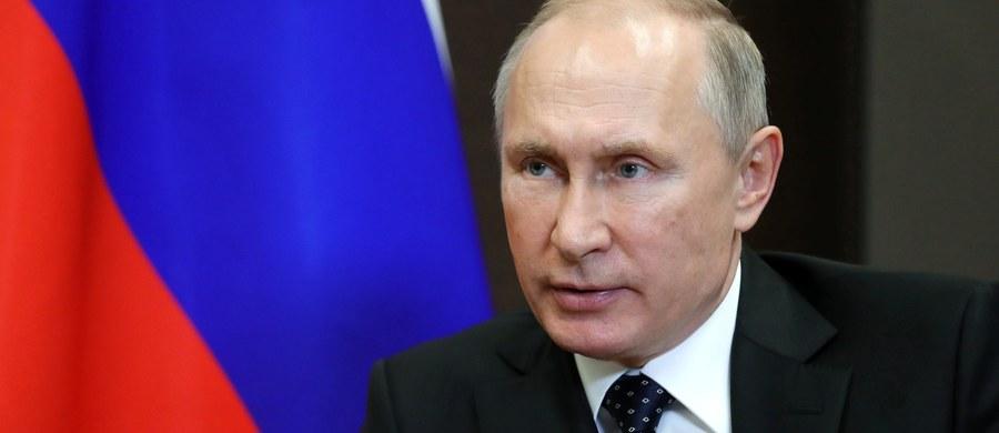 """Prezydent Rosji Władimir Putin podpisał ustawę, zgodnie z którą media zagraniczne w tym kraju będą mogły być uznawane za """"zagranicznych agentów"""". Poinformowała o tym w sobotę agencja TASS."""
