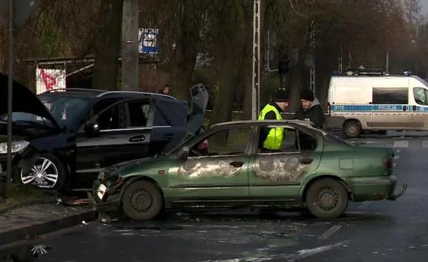 Policjanci poszukują kilku napastników, którzy dziś rano zatrzymali samochód na ul. Łagiewnickiej w Łodzi i zaatakowali osoby nim jadące. Prawdopodobnie były to porachunki pseudokibiców.
