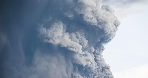 Indonezyjskie i regionalne władze wprowadziły ostrzeżenia dla ruchu lotniczego wokół wulkanu Agung na turystycznej wyspie Bali. Wulkan który wyrzuca popiół na wysokość kilku tysięcy metrów. Dziś niektóre linie lotnicze odwołały loty na Bali i sąsiedni Lombok. Warstwa popiołu pokryła drogi, samochody i budynki w pobliżu wulkanu, który znajduje się na wschodzie wyspy.