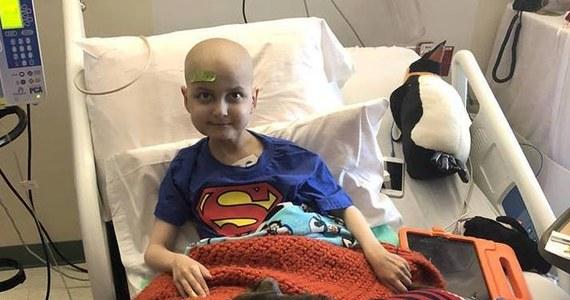Ta historia poruszyła tysiące internautów na całym świecie. 9-letni Jacob Thompson z USA od blisko czterech lat chorował na neuroblastomę (nowotwór współczulny układu nerwowego). Chłopiec i jego rodzice wiedzieli, że prawdopodobnie Jacob nie dożyje do świąt Bożego Narodzenia. Dlatego poprosili internautów, by przysyłali do niego świąteczne pocztówki. Chłopczyk zmarł tydzień temu.