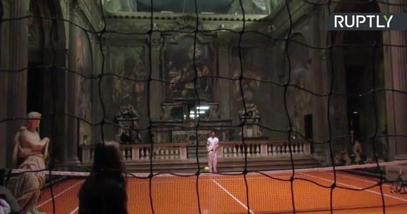 W jednym z zabytkowych kościołów w Mediolanie amerykański artysta Asada Raza przygotował niezwykłą wystawę. Podczas niej każdy chętny może zagrać w tenisa wewnątrz XVI-wiecznej świątyni. Obecnie w budynku znajduje się biuro architektoniczne.