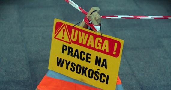 Podpalone maszyny na budowie osiedla w Bielsku-Białej. Policja znalazła tam też list z ostrzeżeniem. Sprawca bądź sprawcy podpalenia są poszukiwani.