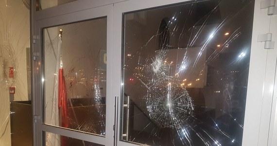 Atak na Ośrodek Kultury Muzułmańskiej na warszawskiej Ochocie. Około 2:00 w nocy budynek został obrzucony kamieniami i zdewastowany. Nikomu nic się nie stało. Na miejscu pracuje policja, zabezpieczane są ślady. Kamery monitoringu nagrały dwie osoby, które uderzały w szyby cegłami. Ośrodek został zaatakowany po raz drugi w tym miesiącu. Od dłuższego czasu dostawał pogróżki, o czym listownie informował kancelarie Sejmu i Senatu oraz prezydenta, premier i szefa MSWiA.
