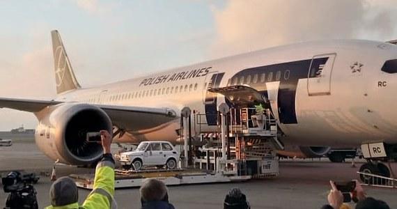 Boeing 787 Dreamliner LOT-u wystartował przed godz. 17 z Fiatem 126p dla Toma Hanksa na pokładzie - poinformowała spółka. Lot z warszawskiego Lotniska Chopina do Los Angeles potrwa 12 godzin i 40 minut.