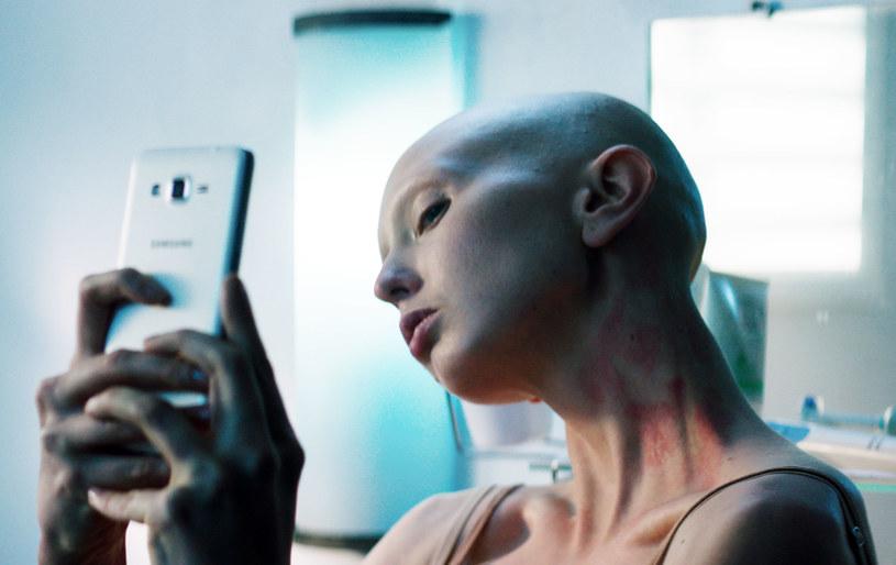 """Justyna Wasilewska jest jak kameleon. W """"Sztuce kochania"""" była pięknością w stylu retro. Teraz poszła w stronę androginii - dla roli w """"Sercu miłości"""" pozbawiła się włosów, brwi i rzęs."""