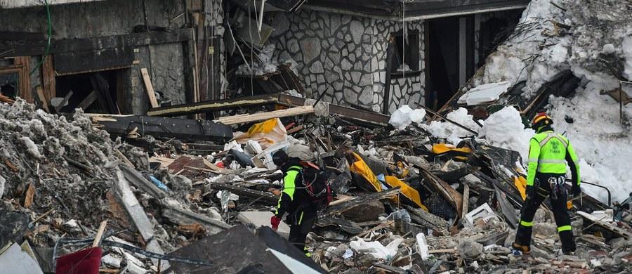 Dezorganizacja, chaos, lekceważenie zagrożenia - tak włoscy śledczy prowadzący dochodzenie w sprawie styczniowej katastrofy w hotelu w Abruzji opisują postępowanie lokalnych urzędników i służb. Niektórzy, jak ujawniono, żartowali z tragedii, jaka spotkała turystów i pracowników przebywających w budynku, na który 18 stycznia zeszła lawina. Stało się to po serii wstrząsów sejsmicznych. Pod gruzami i śniegiem zginęło 29 osób. Dziś włoskie media przedstawiły dotychczasowe ustalenia prokuratury z Pescary, gdzie trwa śledztwo w sprawie katastrofy w hotelu Rigopiano.