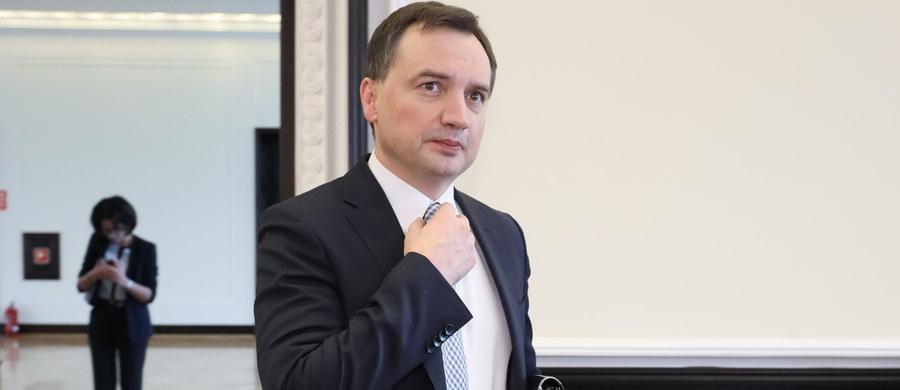 """Można spodziewać się kolejnych zatrzymań ws. podejrzenia korupcji w sądach – zapowiada w TVP Info minister sprawiedliwości Zbigniew Ziobro. Jak dodał, śledztwo w tej sprawie postępuje i kolejne osoby już """"są sygnalizowane do odwołań i zatrzymań""""."""